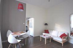 Oferujemy do sprzedania piękne mieszkanie 2 pokoje o powierzchni 36 mkw  antresola 4 mkw na 2 piętrze w kamienicy przy ulicy Karmelickiej,składające się z salonu,sypialni z antresolą,oddzielna kuchnia i łazienka.Mieszkanie po generalnym remoncie,kuchnia w zabudowie wyposażona w sprzęt AGD,łazienka wykończona.Ogrzewanie na piec gazowy dwufunkcyjny Vaillant,niski czynsz 150 złotych w tym zaliczka na wodę i opłata administracyjna,do mieszkania przynależy duża piwnica.Mieszkanie jest wyposażone… Corner Desk, Bed, Furniture, Home Decor, Living Room, Corner Table, Decoration Home, Stream Bed, Room Decor