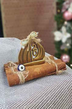 Αρωματικό γούρι για τους αγαπημένους σας και για το σπίτι. Διαβάστε στο άρθρο μας πως να το φτιάξετε πολύ εύκολα  #γουρια #γουρια2020 #gouria2020 #xmascharms #xmas2020 #christmas2020 #diyxmas #gouria #barkasgr #barkas #afoibarka #μπαρκας #αφοιμπαρκα #imaginecreategr Diy Xmas, Christmas Crafts, Lucky Charm, Interior Design Living Room, Decoupage, Diy And Crafts, Gifts, Ribbons, Decor