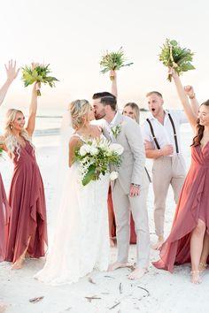 Bride and groom kiss as wedding party cheers. Beach Wedding Bridesmaid Dresses, Beach Wedding Bridesmaids, Beach Wedding Colors, Beach Wedding Attire, Cancun Wedding, Beach Wedding Photos, Sunset Wedding, Destination Wedding, Wedding Beach