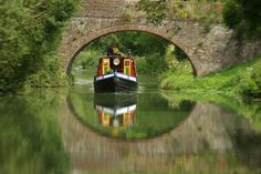 Boat on a Wiltshire canal - England — photo by Gillie Canal Boats England, Travel Around The World, Around The Worlds, Canal Barge, London Market, Living On A Boat, Narrowboat, Beautiful Places, Places To Visit
