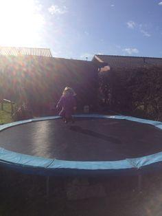 Glæden ved en forårsklar trampolin