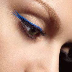 Thiny eyeliner estate 2016 - Riga sottile di eyeliner blu elettrico con codina doppia