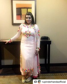 Outfit by Detroit show was awesome. Tomorrow i m performing in Seattle . It is our usa tour last show . Kurta Designs, Blouse Designs, Embroidery Suits Punjabi, Embroidery Suits Design, Designer Punjabi Suits, Indian Designer Wear, Indian Dresses, Indian Outfits, Party Kleidung
