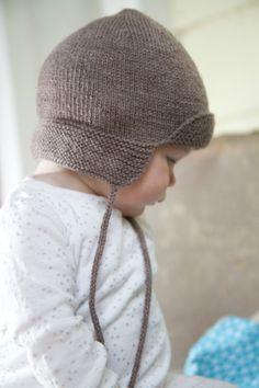 4ply bebé sombrero del cazador - tortas del bebé por lisaFdesign - Bc47  Un sombrero de cazador de 4 capas para bebé con cordones de punto y las aletas delanteras y traseras que bebé apretado y caliente.  Tallas 0-3 3-6 6-9 9-12 meses  Este patrón está escrito para 4ply/digitación en 3,25 mm agujas.  Este patrón es cubierto por derechos de autor, no se puede reproducir y vender este modelo en cualquier forma, incluyendo electrónicos.  www.littlecupcakes.co.nz  Fotografía por www.seancrai...