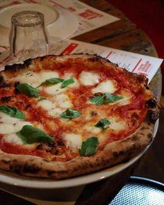 """Esta noche cenamos pizza en @canpizzaprat. En Italia nos aficionamos a las """"Margaritas"""" y esa es la que hemos pedido. No lo hago por gula sino con fines didácticos  pues sigo investigando para haceros la mejor pizza casera Margarita napolitana . Esta dicen que es la romana y tiene alguna diferencia con la napolitana pero está muy buena que es lo que cuenta"""