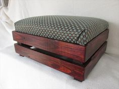 This DIY pallet padded ottoman and footstool is a great need of every cozy living room. This has been designed using rustic pallet wood got from a local Diy Storage Ottoman, Diy Ottoman, Ottoman Footstool, Ottoman Ideas, Kilim Ottoman, Upholstered Ottoman, Pallet Furniture Plans, Crate Furniture, Furniture Projects