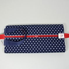 tuto de la trousse de toilette - ultra facile et ultra rapide - Pikebou Coin Purse Pattern, Purse Patterns, Sewing Patterns, Sewing Online, Glasses Case, Pencil Pouch, Sewing Techniques, Fabric Crafts, Diy And Crafts