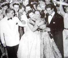 Rainhas do Radio - Mary Goncalves passa a coroa de Rainha do Radio 1953 para Emilinha Borba.
