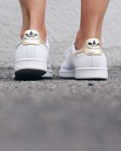 timeless design 39566 f06c4 Gold Adidas stan smith   The Fashion Medley Zapatos Azules, Zapatos De Moda,  Bolsos