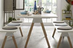 Une table avec deux bancs