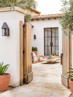 Ideas House Colonial Exterior Decor For 2019 Colonial Exterior, Colonial Style Homes, Spanish Style Homes, Spanish House, Exterior Doors, Exterior Design, Entry Doors, Spanish Design, Wall Exterior