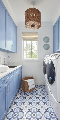 House Tour: Designed by Kara Hebert Interiors Statement art, a mix of laid-back and luxe and interest on the ceiling are a few of the elements that make this Kara Herbert designed home a showstopper. Design Living Room, Laundry Room Design, Laundry Room Colors, Blue Laundry Rooms, Laundry Room Tile, Miller House, White Beach Houses, Home Modern, Interior Modern