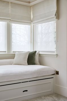 Crisp clean bedroom nook 👌🏽 • • • #bedroomnook #bedroom #interior #interiordesign #architecture #interiorinspo #interiorinspiration #interiors #decor #theworldofinteriors #luxury #mansion #home #homedecor #interiordesigner #design #homedesign #elledecor #interiorinspiration #interiors #homedesign #interiordecorating #bedroomdecor #nook #MerakiDesign #Wimbledon #London Bedroom Nook, Clean Bedroom, Bedroom Decor, Wimbledon London, Interior Decorating, Interior Design, Meraki, Elle Decor, Interior Inspiration