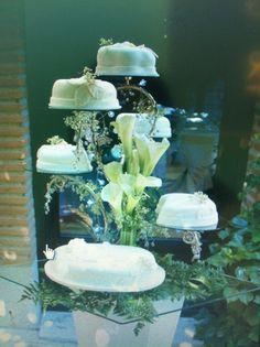 Tarta de boda sobre base de plata