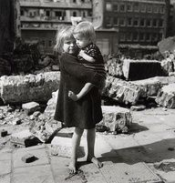Children amid the rubble in the Jewish quarter, Amsterdam, printemps 1945, Emmy Andriesse