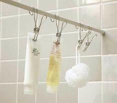 Une super astuce de rangement est d'utiliser des pinces pour ranger vos produits de beauté de douche.