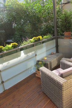 Der geräumige West-Balkon bietet ausreichend Platz für Lounge Möbel und bietet Gelegenheit die Nachmittagssonne zu genießen.