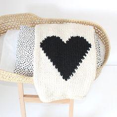Coeur bébé couverture crème et tricotés à la main par YarningMade