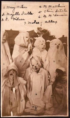 Ghosts -late the stuff of nightmares or when Halloween costumes actually were scary af. Creepy Halloween, Holidays Halloween, Happy Halloween, Halloween Costumes, Vintage Halloween Photos, Halloween Pictures, Horror, Creepy Vintage, Creepy Photos