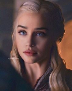 emilia clarke daenerys targaryen \ emilia clarke ` emilia clarke style ` emilia clarke daenerys targaryen ` emilia clarke hair ` emilia clarke photoshoot ` emilia clarke game of thrones ` emilia clarke blonde ` emilia clarke gif Emilia Clarke Daenerys Targaryen, Daenerys Targaryen Art, Game Of Throne Daenerys, Game Of Thrones Khaleesi, Nightwing Cosplay, Clarke Game Of Thrones, Game Of Thrones Art, Young Justice, Acteurs Game Of Throne
