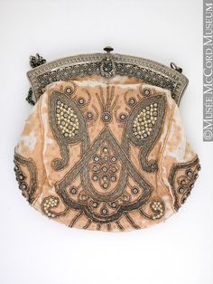 Evening bag, France  1900-1910, 20th century  15.5 x 16.5 cm  Gift of Mrs. Jennifer Lindsay  M970.26.56  © McCord Museum