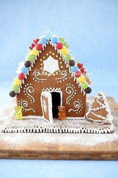 Domek z piernika to idealny wypiek na święta Bożego Narodzenia. Domek złożony jest z ciasta piernikowego, udekorowany lukrem królewskim i słodkościami. Christmas Gingerbread, Gingerbread Houses, Christmas Time, Cooking, Desserts, Advent, Food, Ginger Bread, Home Decor