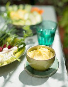 Recette Sauce aïoli pour crudités : Fouettez 1 jaune d'oeuf avec 1/2 cuil. à café de moutarde et 2 gousses d'ail râpées. Salez peu, poivrez et versez en mince filet 1,5 dl d'huiles mélangées (olive et arachide). Fouettez jusqu'à obtention d'un aïoli ferme. Ajoutez quelques goutte...