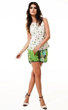 Lookbook Raizz Primavera-Verão 14 - Blusa de renda off-white  com detalhes bordados. Shorts boxer estampa  tropical e vivo preto