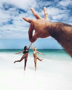 New beach photography bff ideas Beach Photography Poses, Creative Photography, Photography Ideas, Photos Tumblr, Cute Beach Pictures, Beautiful Pictures, Illusion Photos, Illusion Photography, Beach Humor