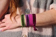 malibu tails, glitter bracelets to use on hair too Glitter Fashion, Fashion Blogger Style, Street Wear, How To Make, How To Wear, Knitting, Hair Styles, Bracelets, Outfits