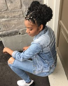 Afro hair is typically associated with natural curls that have a thick, frizzy texture. Such a distinctive type of hair might seem hard to manage, but this has not stopped African beauties from spo… Teen Hairstyles, Hairstyles For School, Black Girls Hairstyles, Curled Hairstyles, Natural Hair Tips, Natural Hair Styles, Natural Updo, Pelo Afro, Pinterest Hair