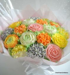 Spring cupcake bouquet with ranunculus and Roses. Edible Bouquets, Cupcake Bouquets, Cupcake Cakes, Cupcake Ideas, Cup Cakes, Cupcakes Delivered, Spring Cupcakes, Cookie Bouquet, Beautiful Cupcakes