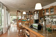 """Dos vecinos, dos estilos: ¡recorré sus deptos!  La gran mesa de la cocina es el centro de reunión por excelencia, incluso más que el comedor. Cuando vienen amigos nos encanta estar ahí"""", comparte Ana.."""