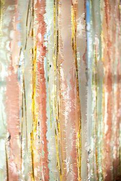 Cintas de papel crepe mezcladas con oropeles dorados. Fotografía de Nine Photography y creado por After Yes.