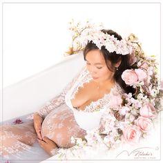 le shooting grossesse bain de lait, vous assure des photos originales et à votre image ! Photos Originales, Studio, Wedding Dresses, Milk Bath, Photography, Bride Dresses, Bridal Gowns, Weeding Dresses, Studios