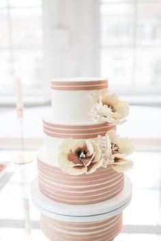 #hochzeitstorte Elegante Hochzeit im Winter in zartem Serenity und Kupfer von Christiane Cloete | Hochzeitsblog - The Little Wedding Corner
