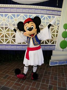 Mickey goes Greek at Opa! You look great Mickey, ftou ftou min se matiaso, lol Disney Fun, Disney Magic, Disney Parks, Mickey Mouse And Friends, Disney Mickey Mouse, Greek Memes, Greek Culture, Disney California Adventure, Disney Addict