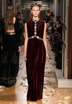 Valentino's Maria Grazia Chiuri and Pierpaolo Piccioli sent a parade of nymphs down the runway at the brand's spring-summer 2016 haute couture show. Fashion Week Paris, Live Fashion, Runway Fashion, Fashion News, Fashion Show, Milan Fashion, Women's Fashion, Valentino Couture, Valentino Women