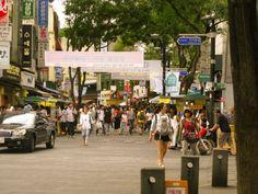Insadong là một chỗ kiểu phố cổ bán đồ truyền thống, giấy, hanbok, đồ sứ các thứ. Có thể làm con dấu khắc bằng máy, đâu đó 200k. Đầu phố có hàng mỳ tầm 4.000 won/bát