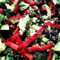 Frokost salat - semifinthakket broccoli, rød peberfrugt og blåbær vendt i en dressing af olivenolie, citronsaft og havsalt. Den bliver toppet med kogt kyllingelårkød og en avocado
