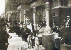 Cafés auf dem Kurfürstendamm mit Koksöfen auf den Terrassen. Berlin, 1928. o.p.