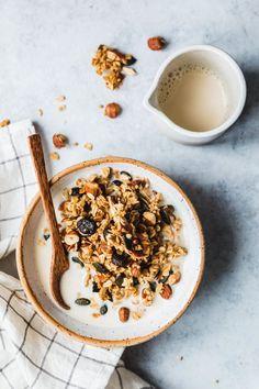 Buchweizen-Granola mit Ahornsirup & Kardamom - Eat this! Breakfast Photography, Food Photography, Photography Colleges, Digital Photography, Whole Food Recipes, Vegan Recipes, Vegan Breakfast Recipes, Eat This, Think Food
