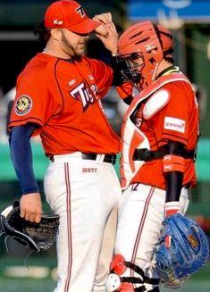 Baseball players bumping their cup bulge together. Baseball Cup, Baseball Players, Sports Mix, Fantasy Baseball, Athletic Men, Man In Love, Hairy Men, Sexy Men, Hot Guys