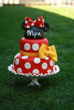 Love this Minnie cake.  I have made a few but the yellow ribbon and buttons are a perfect addition!