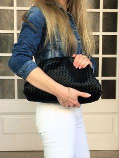 Discover one of the major bag trends of the season. #style #estilo #styleblog #styleinspiration #bags #bagtrends #bolsos #tendencias2020 Fendi, Prada, Leather Bag, Pouch, Style Inspiration, Outfits, Seasons, Bags, Beauty