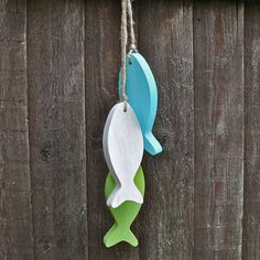 These fish are painted in true summer colours - lime green, light turquoise and a soft white.Each fish measures long and is thick - made from pine.There are painted and then lightly sanded to produce a beachy feel. All strung together on jute twine. Diy Tank, Diy Shirt, Fish Ornaments, Bleach Pen, Wooden Fish, Wooden Crafts, Driftwood Crafts, Jute Twine, Beach Crafts