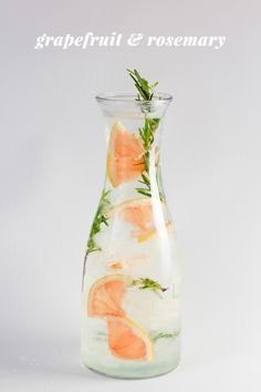 GRAPEFRUIT & ROSEMARY INFUSED WATER Ice 1/4 red or pink grapefruit, cut into thin slices 1 large sprig fresh rosemary Sparkling or regular water Fill a glass, bottle, Mason jar, pitcher or carafe with ice, grapefruit, and rosemary. Fill to top with water. Enjoy immediately. Refill with more water and ice until fruit flavor is gone. Makes 1 quart (plus refills).