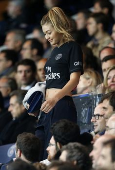 Gigi Hadid attends the French Ligue 1 match between Paris Saint-Germain FC and Olympique de Marseille at Parc des Princes stadium on October 2015 in Paris, France. Get premium, high resolution news photos at Getty Images Gigi Hadid Looks, Style Gigi Hadid, Sports Illustrated, Foto Top, Jersey Outfit, Football Girls, Nike Football, Street Style Trends, Bella Hadid