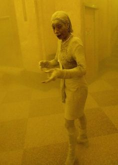 Marcy Borders — a Bank of America worker photographed fleeing the World Trade Center when it was attacked — had been suffering from stomach cancer for a year. Bank Of America, Pearl Harbor, Powerful Pictures, We Will Never Forget, Don't Forget, Elie Saab Couture, 11. September, Iconic Photos, Feelings