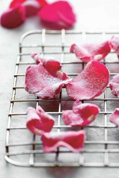 Candied Rose Petals Recipe (Just imagine these little lovelies strewn across cakes and cupcakes and cookies!) Candied Rose Petals Recipe (Just imagine these little lovelies strewn across cakes and cupcakes and cookies! Menta Chocolate, Vegan Wedding Cake, Flower Food, Rose Food, Edible Flowers, Edible Rose Petals, Cupcake Cakes, Cupcakes, Cake Decorating